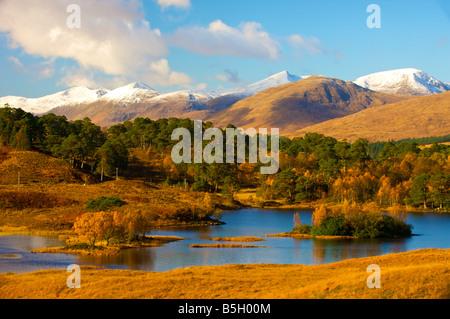 À la recherche sur le Loch Rannoch Moor Dochard près de l'écosse avec des montagnes enneigées au loin