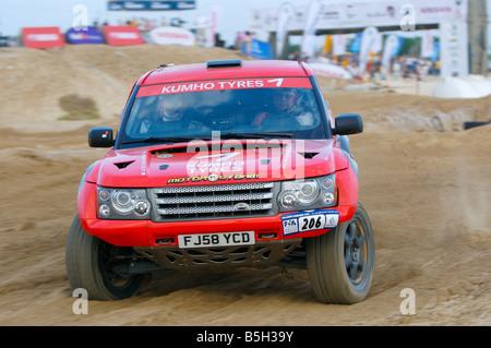 Bowler Nemesis équipe dans leur voiture de course, les virages à vitesse dans le Desert Challenge 2008 Banque D'Images