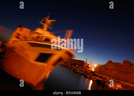 Vision de nuit de bateaux de pêche dans le port de Civitavecchia, lazio, Italie Banque D'Images