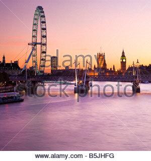 Le London Eye et les chambres du Parlement, Londres, Angleterre. Banque D'Images