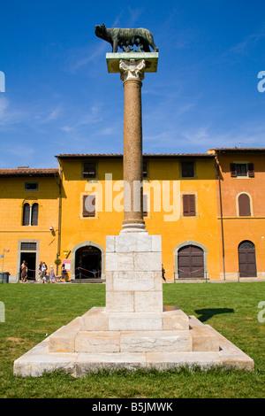 Statue de la louve du Capitole wolf avec Romulus et Remus, la Piazza del Duomo, Pise, Toscane, Italie Banque D'Images