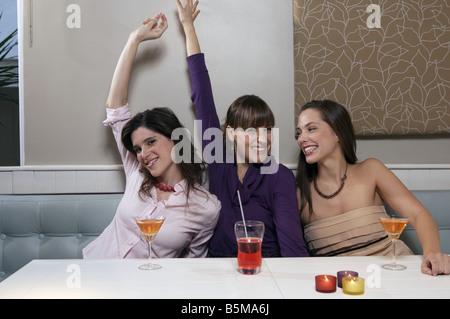 Trois femmes de prendre un verre. Banque D'Images