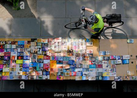 Avec l'homme à la bicyclette à une table de livres à la banque du sud du marché du livre en plein air, Londres, Banque D'Images