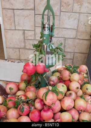 STAND DE JUS DE GRENADE FRAÎCHE ACCO Vieille ville de Galilée occidentale ISRAËL Banque D'Images