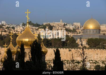 Eglise orthodoxe russe dômes et Dôme du rocher sur le mont du Temple VIEILLE VILLE JÉRUSALEM ISRAËL Banque D'Images