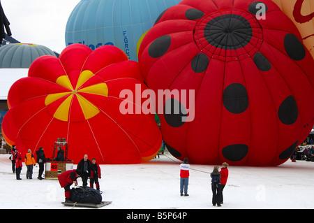 Préparation des ballons à air chaud pour décoller de la base de lancement, International de montgolfières, Chateau Banque D'Images