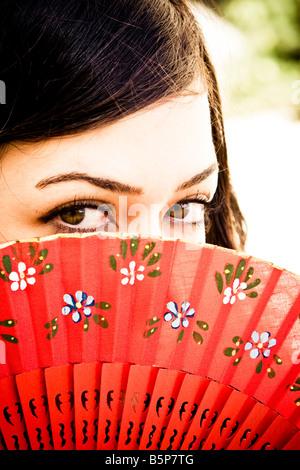 Femme derrière le ventilateur traditionnel espagnol Banque D'Images