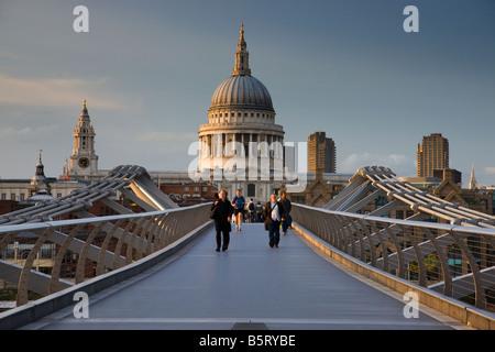 UK London St Pauls Cathedral vue sur le millenium bridge Banque D'Images
