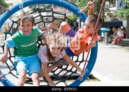 Enfants jouant sur une grande aire de rotation nette . Banque D'Images