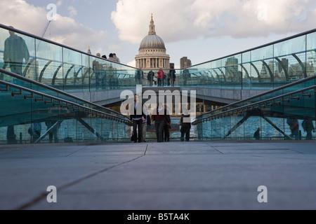 UK London la Cathédrale St Paul et le Millenium Bridge vue sur la tamise Banque D'Images