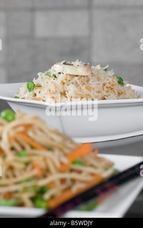 Close-up de nouilles et de riz frit dans des bols Banque D'Images
