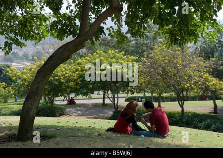 Des couples égyptien assis dans le parc Al Azhar au Caire, Egypte Banque D'Images
