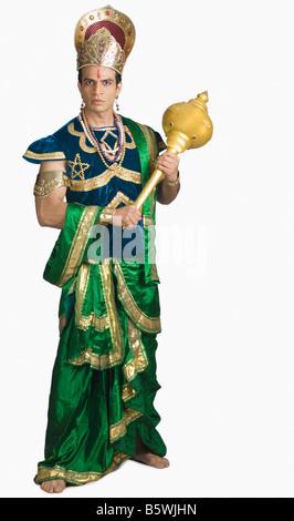 Jeune homme s'habille comme Bhima tenant une mace