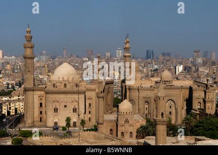 Les minarets de la mosquée Al Rifa'i (à droite) et Mosque-Madrassa du Sultan Hassan situé au Caire Egypte Banque D'Images