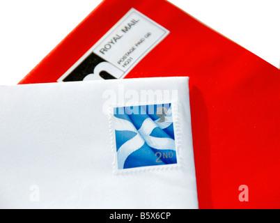 Une enveloppe rouge et blanc - représentant le drapeau écossais sautoir.