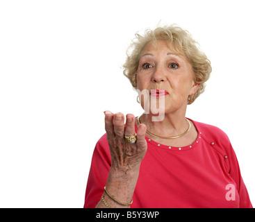 Une belle dame senior blowing a kiss isolé avec place pour le texte Banque D'Images