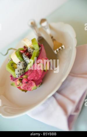 Pitahayas de moitié avec de la salade de fruits Banque D'Images