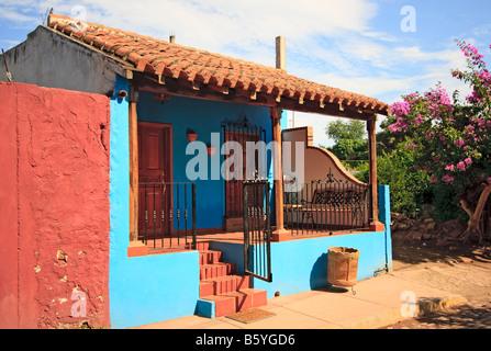 Maison peinte aux couleurs vives au Mexique Banque D'Images