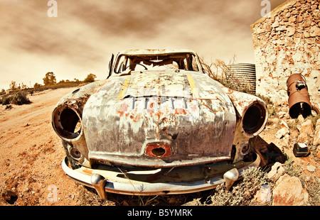 Grande image d'une vieille voiture rouiller loin dans le désert Banque D'Images