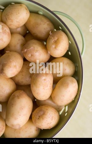 Les pommes de terre dans une passoire Banque D'Images