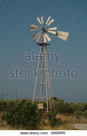 Moulin d'éoliennes de puissance de la pompe à eau d'énergie de remplacement à l'ancienne génération de turbines Banque D'Images