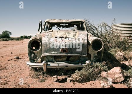 Une vieille voiture dans le désert de rouille loin Banque D'Images