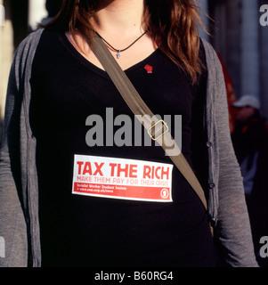 Étudiant à la Banque d'Angleterre portant démonstration taxer les riches signer London KATHY DEWITT Banque D'Images