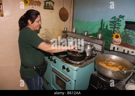 Chef de cuisine dans la cuisine d'un petit restaurant, la Sierra Nevada, les Andes, le Venezuela, l'Amérique du Banque D'Images