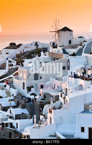 Moulin au coucher du soleil, Oia, Ia, Santorin, Cyclades, Grèce, Europe Banque D'Images
