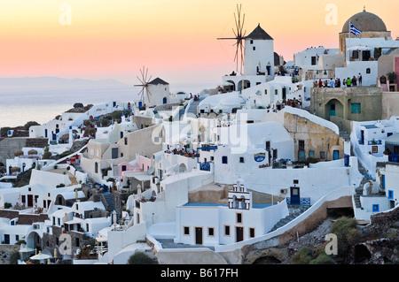 Une partie de la ville d'Oia, Ia, au coucher du soleil, Santorini, Cyclades, Grèce, Europe Banque D'Images