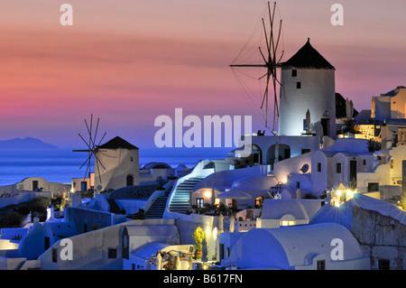 Les moulins à vent au coucher du soleil, Oia, Ia, Santorin, Cyclades, Grèce, Europe Banque D'Images