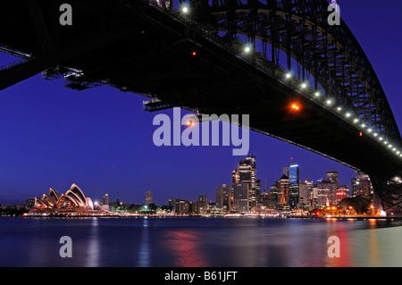 Sydney skyline avec le Harbour Bridge, l'Opéra et le quartier des affaires, au lever du soleil, Sydney, Australie Banque D'Images