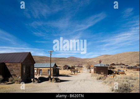 Dans la rue verte 19thC gold mining ville fantôme de Bodie, près de Bridgeport, la Sierra Nevada, en Californie, Banque D'Images