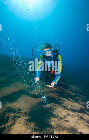 Scuba Diver en observant les bulles de gaz volcaniques, l'augmentation de la chaleur de la mer, île volcanique, Banque D'Images