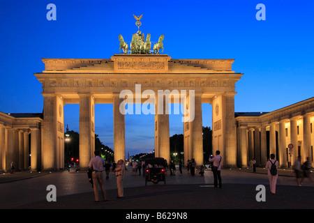 Porte de Brandebourg, éclairé, crépuscule, Pariser Square, district de Berlin-Mitte, Berlin, Germany, Europe Banque D'Images