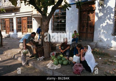 Scène de rue avec des gens qui vendent des pastèques dans Tirana, Albanie 1994 Banque D'Images