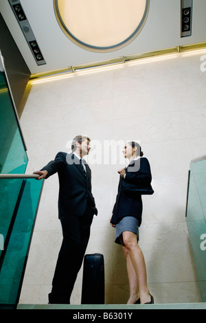 Low angle view of a woman Standing together et parler Banque D'Images