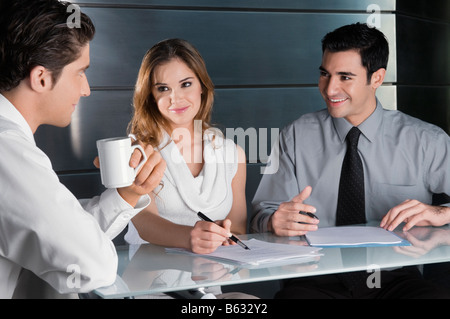 Deux hommes d'affaires et une businesswoman talking in office Banque D'Images