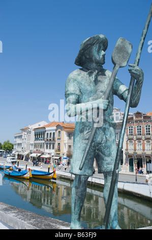 Statue de pêcheur avec vue sur le canal du centre à Aveiro, Portugal. Banque D'Images