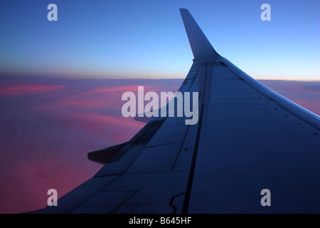 Une vue de l'air d'un coucher de soleil sur l'Australie
