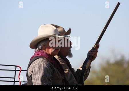 Deux cowboys conduisant le Butterfield Overland Stage Coach