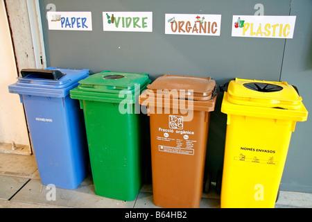 Poubelles de recyclage. Natura juste. Lleida. La Catalogne. Espagne Banque D'Images