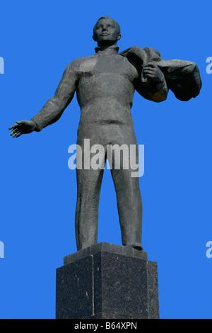 Statue de la première dans l'espace humain le cosmonaute Youri Gagarine à la place principale de 3068 (anciennement Klushino), Russie