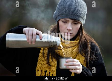 Jeune fille à boire le thé Banque D'Images
