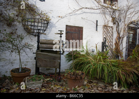 Ancienne demeure victorienne mangle permet d'essorer les vêtements comme ornement de jardin à Hubbards Hills, Louth, Banque D'Images