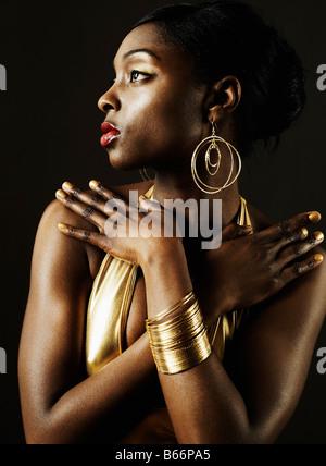 Portrait de jeune femme en tenue d'Or