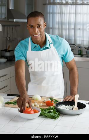 Un homme la préparation d'un repas Banque D'Images