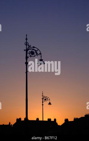 Silhouette d'un lampadaire et maisons au coucher du soleil - Broughty Ferry, Dundee. Banque D'Images