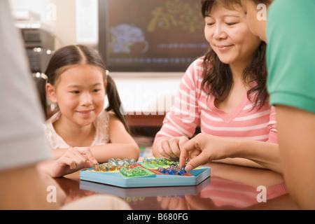 Dames chinoises jeu de fille avec sa mère