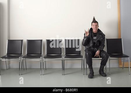 Punk dans l'aire d'attente Banque D'Images